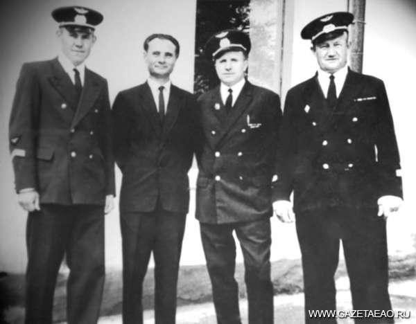 Медаль от председателя Мао, или Как советский лётчик влюбился в Китай - летчики Ташкентского аэродрома после Парада Победы. Крайний справа - В.Смирнов