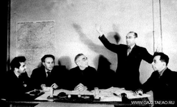 Трагедия 12 августа 52-го - Ицик Фефер делится впечатлениями об Америке. Слева направо: Шмуэл Галкин, Лейб Квитко, Шахно Эпштейн, Давид Бергельсон