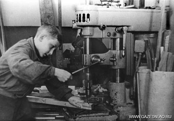 Мобилизованный тыл - Подростки работали наравне со взрослыми. 1944 г.