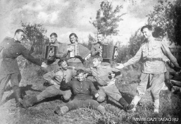 Пишу тебе из 2015 года - В минуты передышки на войне звучала музыка. П.Ф. Кохановский (справа), 1944 г.