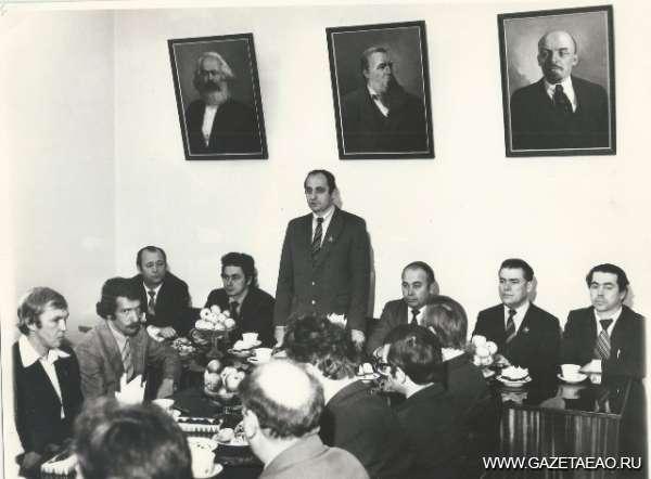 """Оставил о себе неизгладимое воспоминание - Б.Л. Корсунский, первый секретарь горкома КПСС, поздравляет хоккейную команду """"Дальсельмаш"""""""