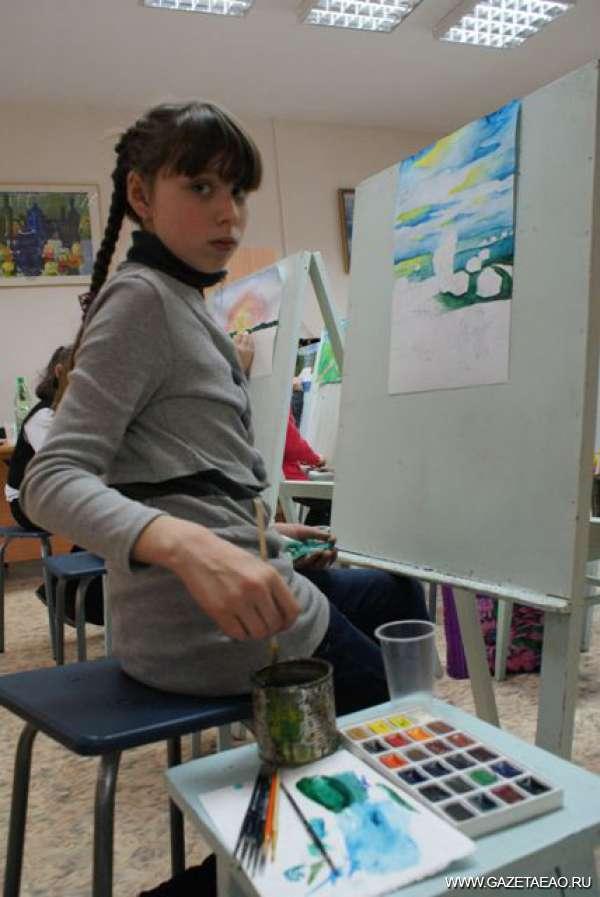 С кисточкой наперевес - юные художники за работой