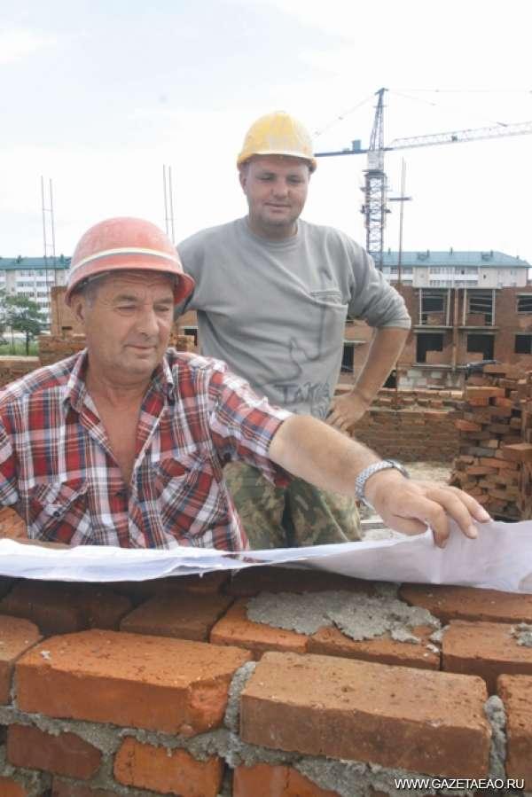 Отец и сын строят Биробиджан - Цыгановы Павел Александрович и сын Андрей