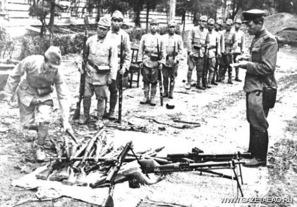 В час ночи по хабаровскому времени - Японские солдаты сдают свое оружие советскому офицеру