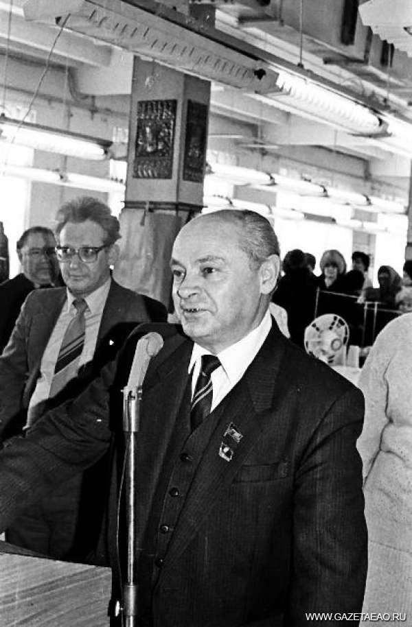 История в фотографиях, год 1986-й - Лев Шапиро на митинге на чулочно-трикотажной фабрике