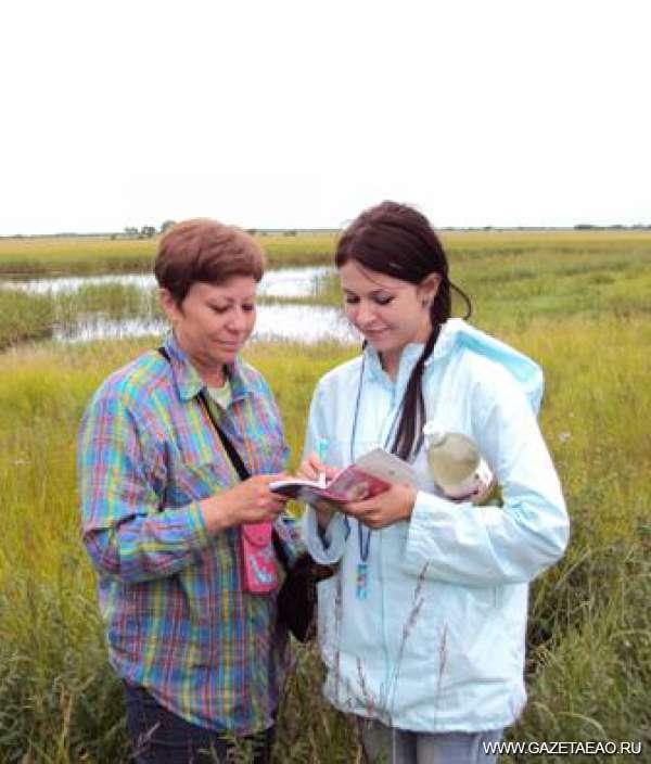 Исследования получают поддержку - Зав. лабораторией Т.А. Рубцова и Кристина Прокопьева проводят ревизию лотосовых озер