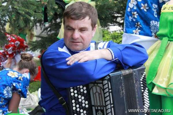 Еврейская гармонь звучит в Сибири - Музыкант Николай Комлев из Бирофельда