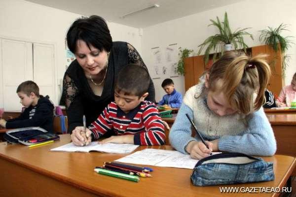 Правительство решает «школьную» задачу - Урок в первом классе в школе села Дубовое ведет учительница Любовь Осауленко