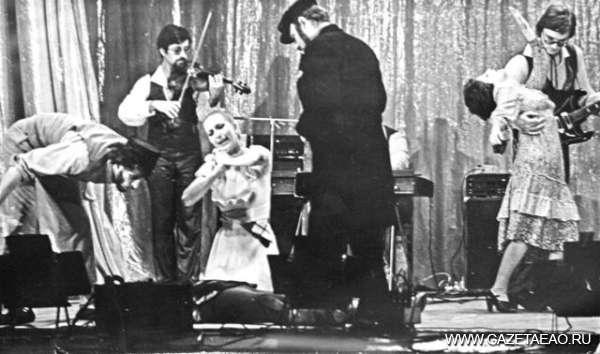 Влюбленные в еврейскую песню - Сцена из спектакля «С праздником» в исполнении шоу-группы «Фрейлехс». 1986 г.
