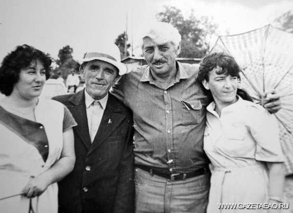 Родная земля Романа  Шойхета - Роман Шойхет с земляками в селе Пузино