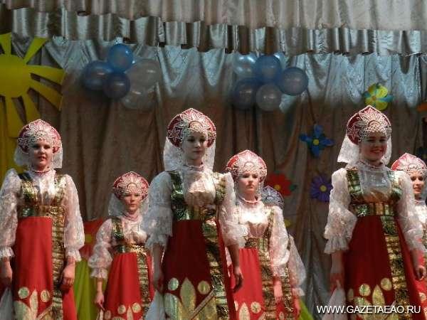 """Под стук девичьих каблучков - танцуют """"Вареньку""""."""