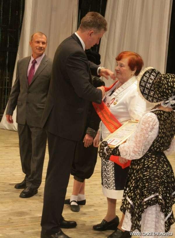 В полку Почётных граждан Биробиджана пополнение - мэр Биробиджана А.Г. Пархоменко вручает регалии Почетному гражданину города М.Суриц
