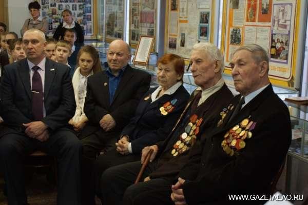 Горячий снег Сталинграда - Виктор Шестаков (второй справа) в кругу ветеранов