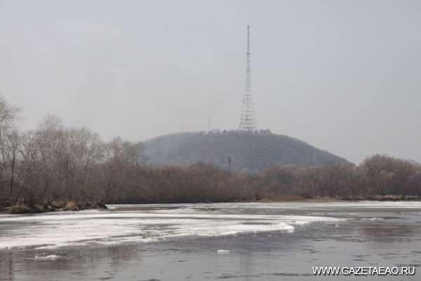 На меня надвигается  по реке битый лёд - ледоход на Бире в черте  Биробиджана.