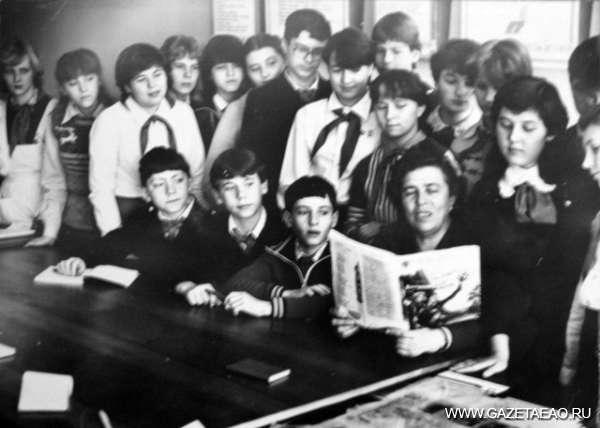Юбилей - Анна Монастыренко (в центре) с пионерскими активистами