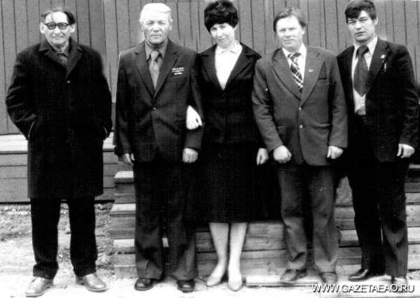 Честь имею… - 60-е годы: Роман Скурлатов (второй справа) вместе с работниками районной газеты.