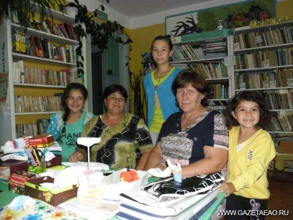 В отдалении от города - Работники культуры Инна Вохминцева и Ирина Антипова со своими воспитанниками.