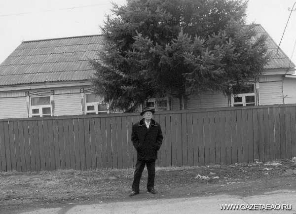Дело государственной важности - Алексей Сон у своего дома и своего дерева