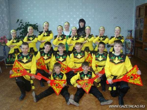 Танцы — глаз не отвести! - Надежда Кустова (в центре) со своими воспитанниками.