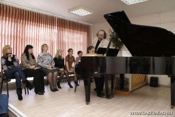 Урок для… учителя - Михаил Аркадьев занимается с учениками детской музыкальной школы Биробиджана.