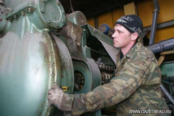 Из местной сои - Аппаратчик прессового оборудования Иван Абрамов наблюдает за работой техники.