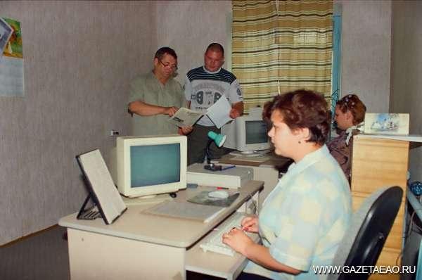 «Районкины» будни - Илья Липин (слева) в компьютерном цехе редакции