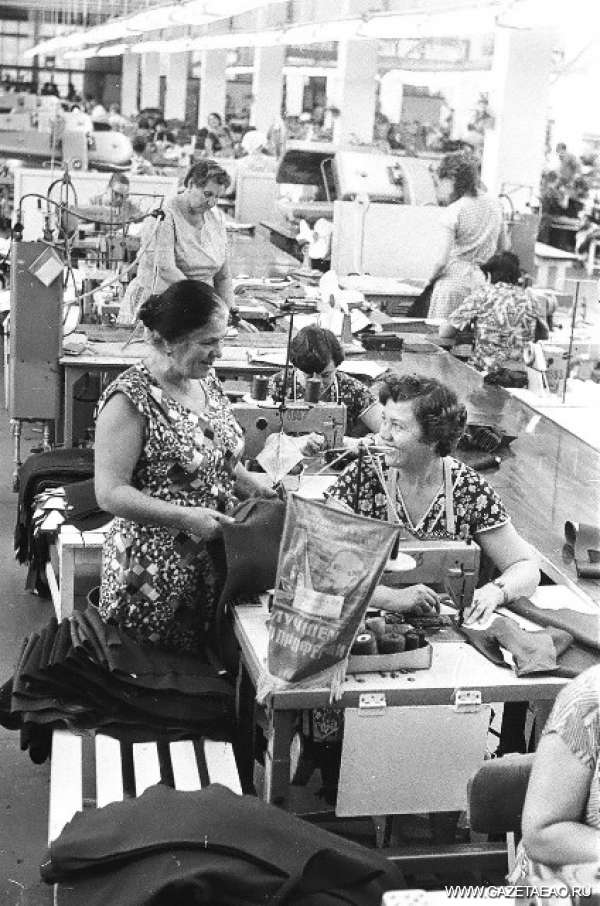 История в фотографиях: год 1982 - Лидия Ивановна Деева - мастер передовой бригады швейной фабрики (слева)