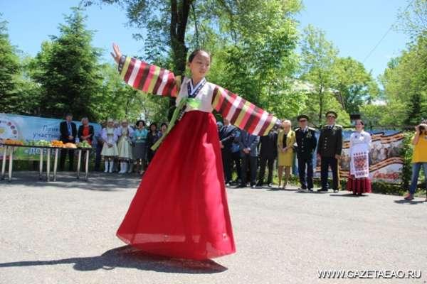 «Миллион алых роз» по-персидски - Корейский танец ариран на улице Биробиджана.