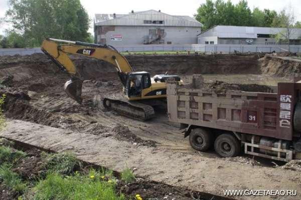 У нас будет мфц - Идет выемка грунта под будущий фундамент здания