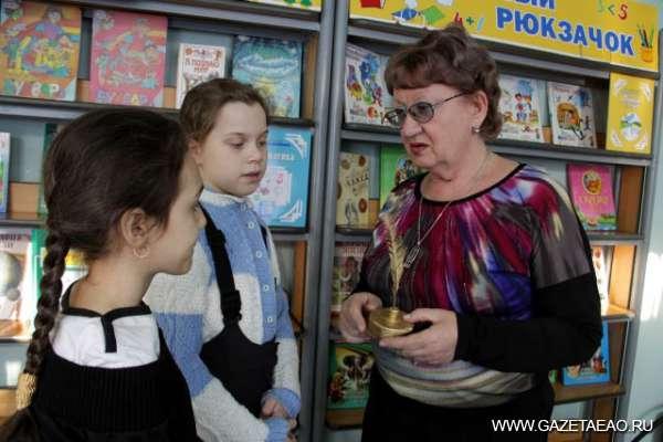 Частица мира — в «Золотом перышке» - Библиотекарь Светлана Борисова  с Викторией  Кудиш и Валерией Ушаковой