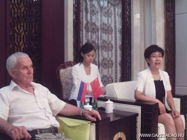 Тунцзян принимает гостей - На официальной встрече Валентин Коровин и Ан Сюйминь (справа)
