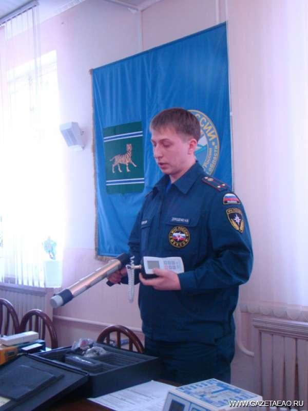 Микрозиверты в норме - Старший инженер Иван Дорошенко демонстрирует новые приборы