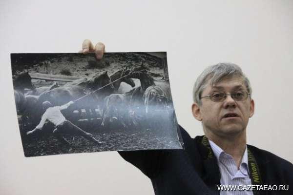 Лучшие фото года - Евгений Епанчинцев, фотокорреспондент газеты «Забайкальский рабочий», демонстрирует выставочный снимок