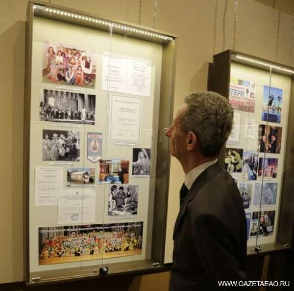 """Чтобы помнили - Председатель Биробиджанской еврейской религиозной общины """"Фрейд"""" Роман Ледер знакомится с экспонатами выставки в краеведческом музее."""