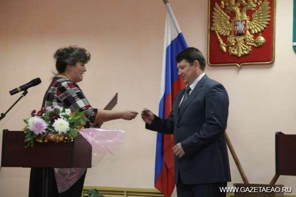 За «Россию» не обидно - Виктор Орел получает удостоверение главы района