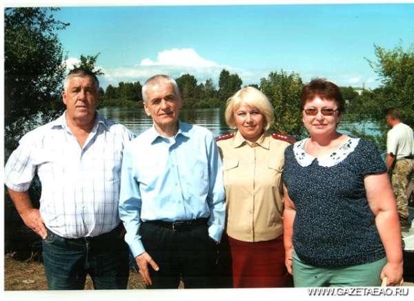 Под строгим надзором - (слева направо) Василий Янович, Геннадий Онищенко, Наталья Коренева и Ирина Коренева.