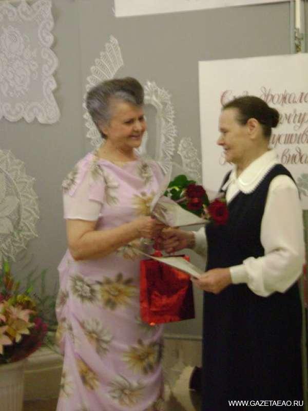 У всех на виду - Юлию Дмитриевну Сергеевич (слева) поздравляет с днем рождения ее первая учительница (справа) Анна Ивановна Сорокина.
