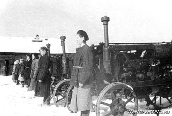 Все для фронта, все для победы! - Женская тракторная бригада Биробиджанской машинно-тракторной станции. 1942 г.