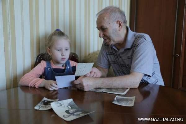 Остались  лишь  имена - Роман Файн показывает семейный архив внучке