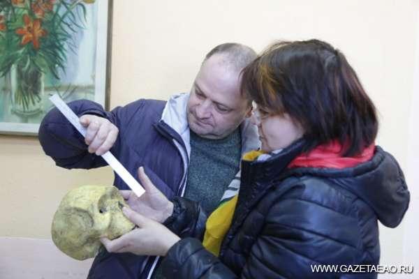 Сенсационная находка - Олег Черномаз и профессор Голопортная осматривают находку