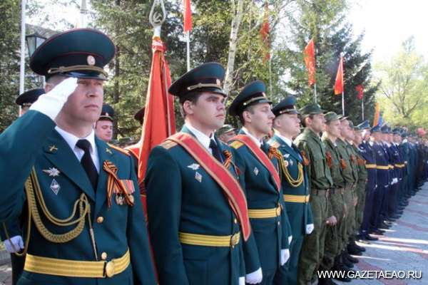 Надежный ретроджип, солдатская каша и плац-парад