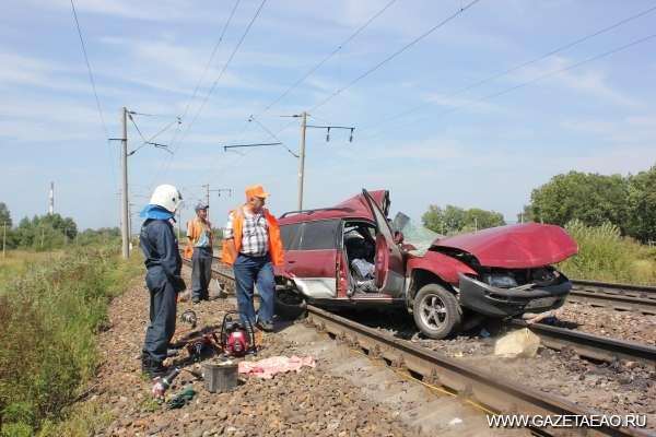 Цена невнимательности – жизнь! - В августе 2012 года поезд сбил легковой автомобиль на железнодорожном переезде в Биробиджане. Погибли пять человек.