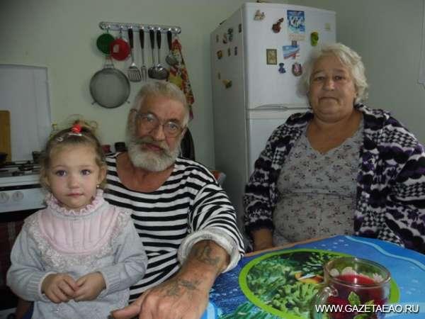 Под крышей дома своего - Михаил Иванович Драчев с женой Натальей Егоровной и внучкой Таей.