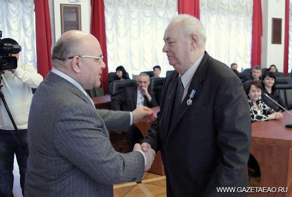 Жизнь прямая как стрела - Губернатор Александр Винников поздравляет юбиляра с 80-летием