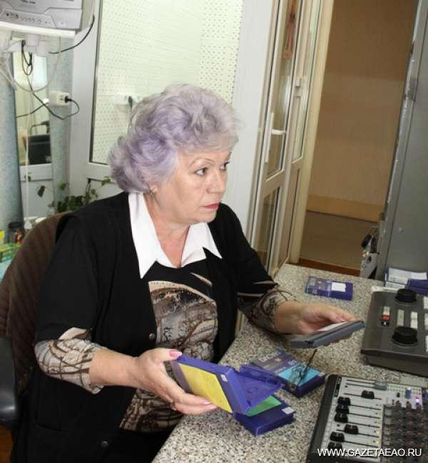 Команда «Идишкайта» - Редактор передачи Татьяна Кадинская просматривает отснятый видеоматериал.