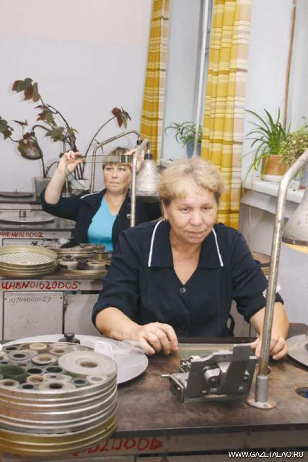 Фильмы о ЕАО никто не увидит? - Работницы киновидеопроката Людмила Толстинина (впереди) и Ольга Грибанова