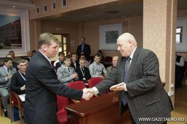 «Надежда»  чемпиона - Награду получает Михаил Баральгин (слева)