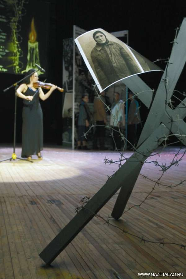 Забыть нельзя, помнить - На сцене областной филармонии - фрагмент концерта-реквиема в память о жертвах политических репрессии.