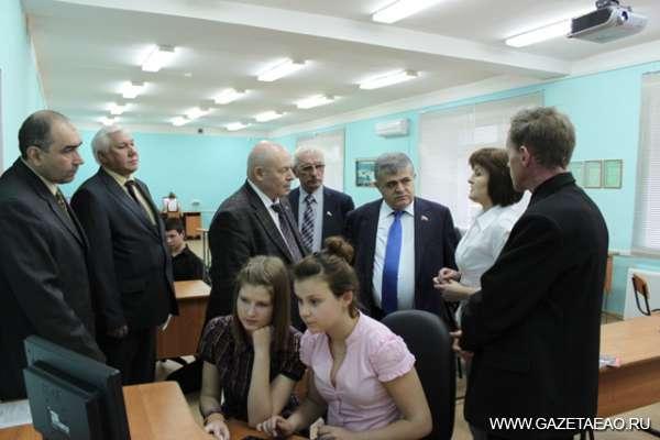 Лицом к лицу - В школе села Птичник сенатора В.Джабарова (третий справа) и А. Тихомирова встречала директор школы, депутат ЗС ЕАО Л. Павлова.