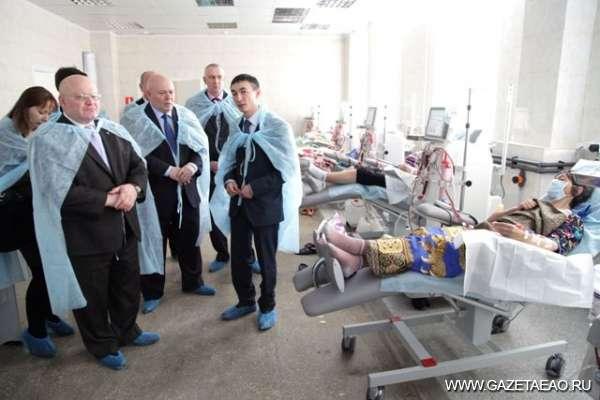 Почка с госгарантией - Губернатор и председатель парламента ЕАО знакомятся с работой диализного центра. В центре снимка - учредитель МДЦ Андрей Морозов.